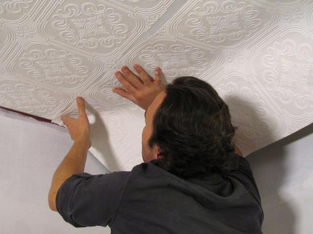как скрыть недочеты потолка под обоями